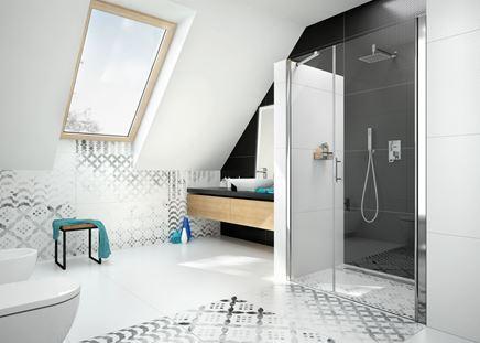 Nowoczesna łazienka na poddaszu w czerni i bieli