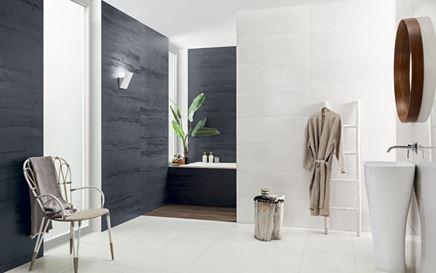 Aranżacja białej łazienki z granatowymi akcentami