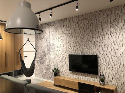 Flamingi i strukturalny beton w salonie