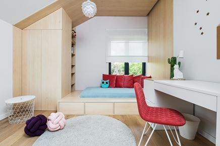 Sypialnia nastolatki akcentami czerwieni