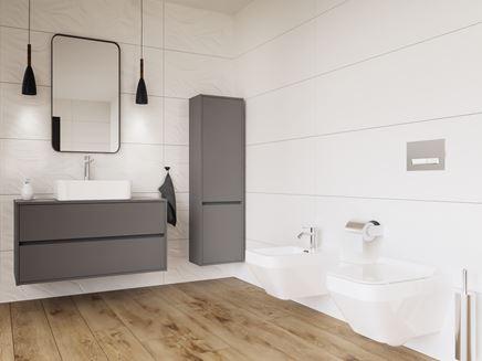 Biała, nowoczesna łazienka z drewnianą podłogą
