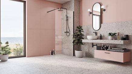 Przestronna łazienka w szarościach i pastelowym różu