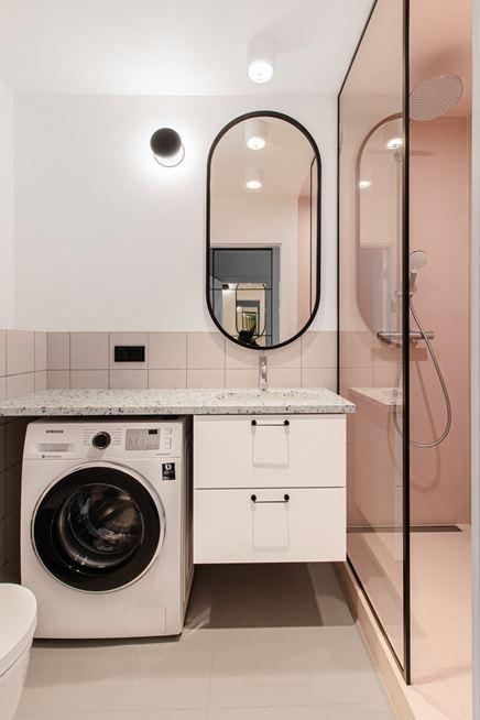 Mała łazienka z pralką i blatem lastryko w projekcie Adrianna Terlikowska Studio