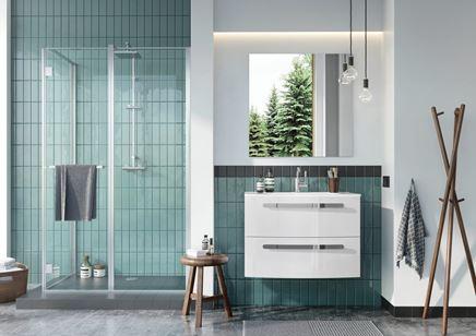 Zielona łazienka z białymi meblami