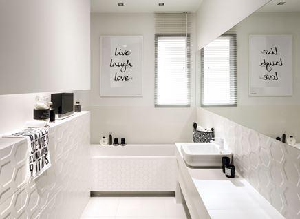 Biała łazienka z fakturowymi płytkami Tubądzin All in white