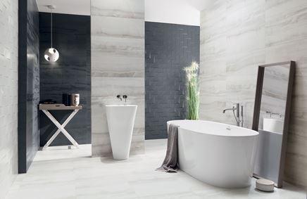 Aranżacja szarej łazienki z granatowymi akcentami