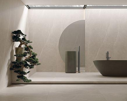 Minimalistyczna łazienka w kamieniu taupe