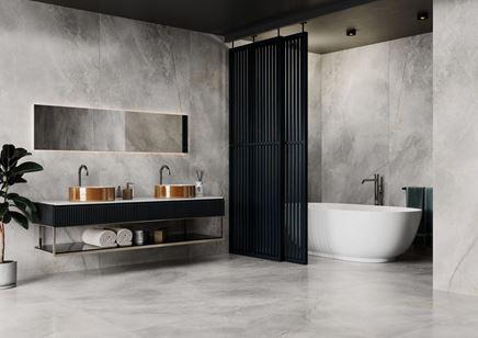 Wielkoformatowy kamień w dużej łazience