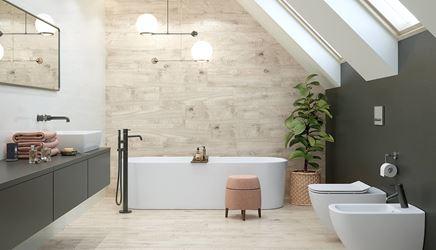 Łazienka pod skosami z drewnianymi wykończeniami