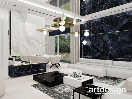 Biały i czarny marmur w salonie z kominkiem