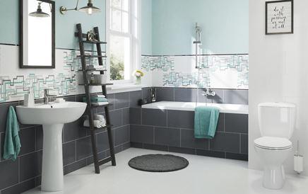 Łazienka z geometryczną dekoracją ścienną