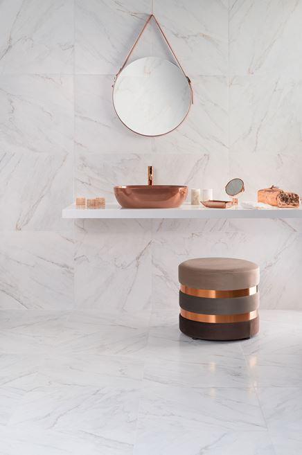 Biały marmur w stylowej łazience z miedzianymi akcentami
