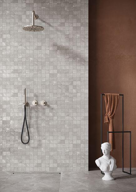 Szara mozaika z motywem kamienia w stylowej łazience