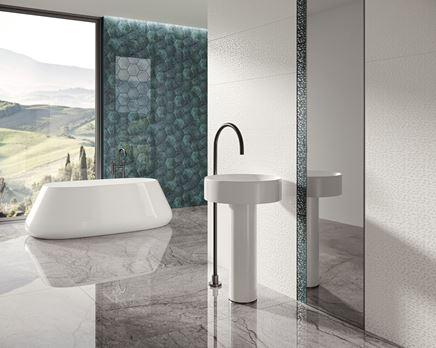 Nowoczensa łazienka z białymi dekorami i szklanymi heksagonami