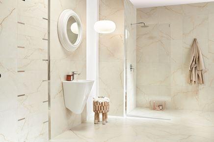 Jasna łazienka w beżowym marmurze