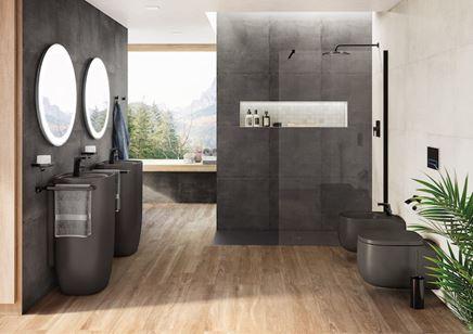 Aranżacja ciemnej łazienki z drewnianą podłogą