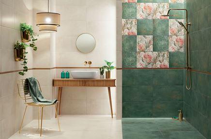 Beżowo-zielona łazienka z florystycznymi dekorami