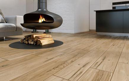 Podłoga drewnopodobna w salonie z kominkiem