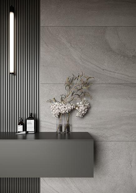 Ściana w łazience wykończona płytami Cersanit Spectral