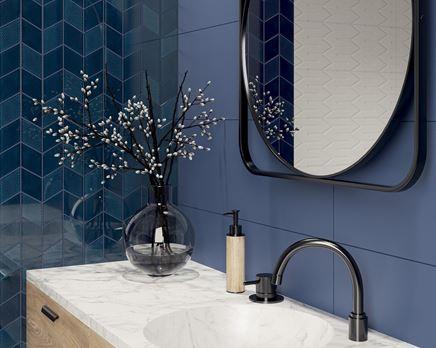 Granatowa mozaika i niebieskie płytki w nowoczesnej łazience