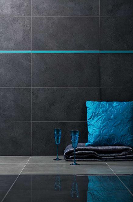 Detal ciemnoszarej płytki w salonie