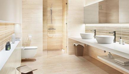 Biało-beżowa łazienka wykończona płytkami inspirowanymi trawertynem