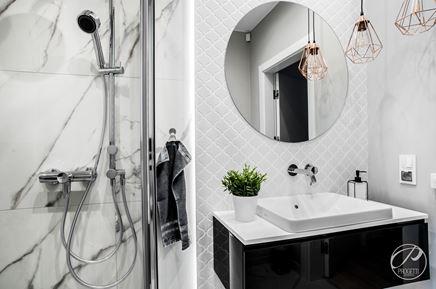 Marmur i arabeskowa mozaika w łazience
