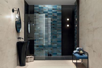 Łazienka glamour z cegiełkową, niebieską ścianą
