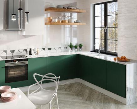 Biało-zielona kuchnia z dekorami nad blatem roboczym