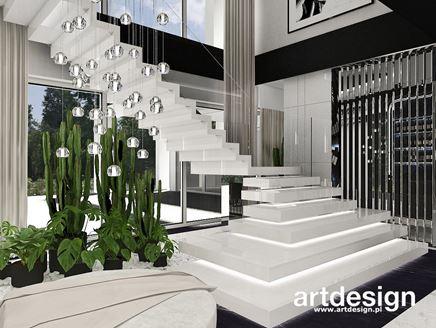Kwietnik przy dywanowych, białych schodach
