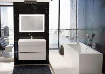 Nowoczesna łazienka w marmurze z prostokątną wanną