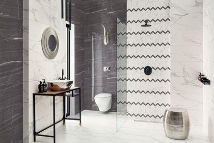 Łazienka w stylu glamour wykończona marmurowymi płytami