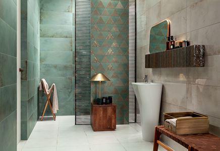 Zielono-beżowa łazienka z pozłacanymi dekorami
