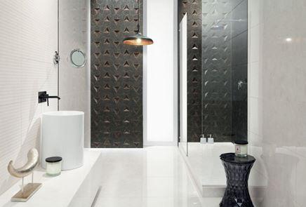 Łazienka z mozaikową ścianą