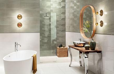Biała łazienka z oliwkowymi płytkami i dekorami