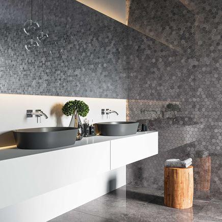 Łazienka z mozaikową ścianą w szarościach