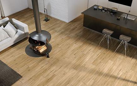 Salon z kominkiem i podłogą w drewnie