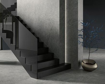 Grafitowe kafle Paradyż Authority w nowoczesnym salonie ze schodami
