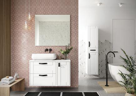 Biała, nowoczesna łazienka z różową ścianą