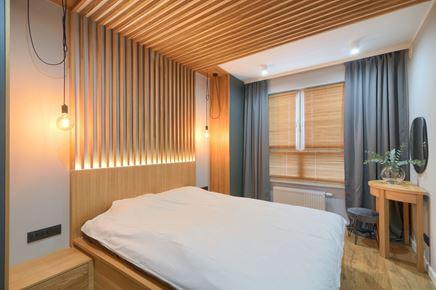 Dekoracja z drewnianych lameli w sypialni