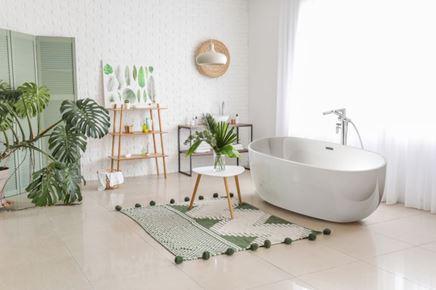 Biało-zielona łazienka z wanną wolnostojącą