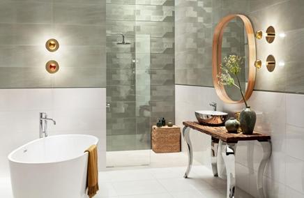Biała łazienka z oliwkowymi płytkami