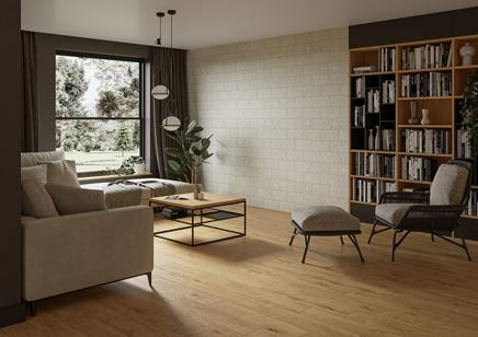 Ciepły salon w drewnie i jasnej cegiełce