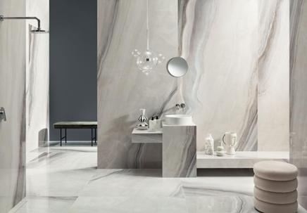 Przestronna łazienka w szaro-białym kamieniu