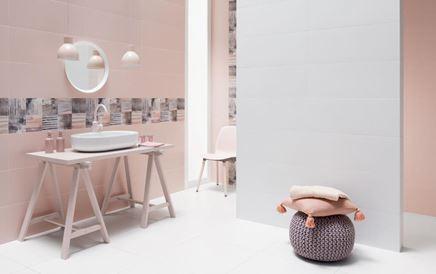 Łazienka z różowymi ścianami z akcentem dekoracyjnym Tubądzin Colour 2018