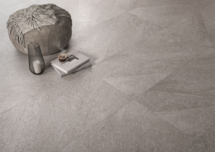 Podłoga wykończona szarymi płytami Cersanit Bolt