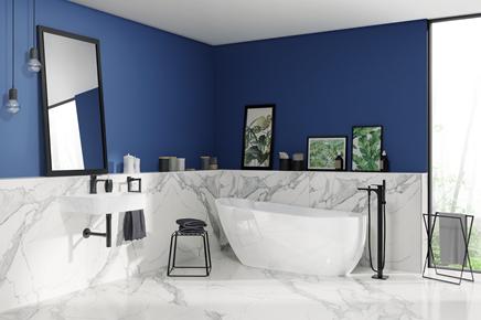 Biało-niebieska łazienka z marmurowymi wykończeniem