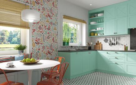 Pastelowa kuchnia z kolorową ścianą