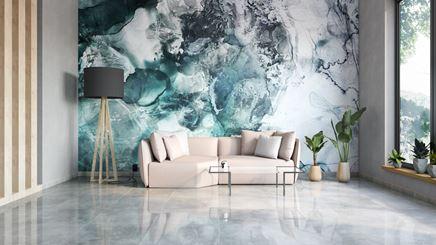 Stonowany salon w kamieniu z dekoracyjną ścianą