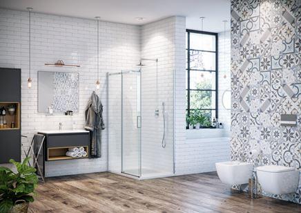 Kabina Rols w łazience w stylu eklektycznym z cegiełką na ścianie